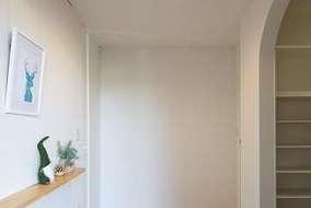 玄関の木質感がアクセントに。玄関土間に大きなシューズインクロークがあります。