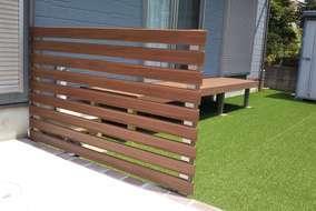 天然木デッキと芝を撤去。 丈夫なアルミフェンスを設置し、