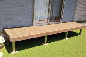 人工木デッキの縁側と人工芝で仕上げました。