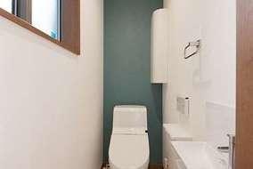 トイレ内は1面クロスで色をポイントとして付けています。