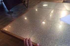 亜鉛メッキ鋼板のテーブル天板。 周囲の枠は木製。