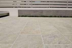 天然石調の質感が上品なタイルテラス