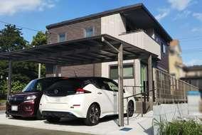カーポート。屋根材は熱線吸収タイプのポリカーボネートを使用し車内温度の上昇を軽減させます。