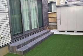 お庭には人工芝を敷き、タイルテラスと物置を設置しました。