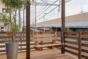 玄関ポーチをウッドデッキで作りブランコを付けて遊べる空間にしています。