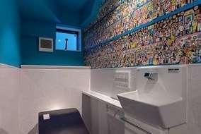 トイレ内は壁紙をウオリーを探す壁紙になっています。来客者も楽しめるトイレです。