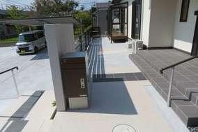門柱裏には宅配BOX付きのポストを設置。自身でも使用してますが、かなり使いやすいです。