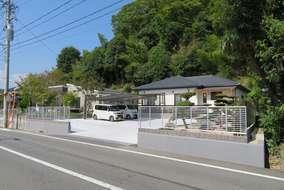 道路境界沿いは見透視の良いフェンスを設置し、出入りの際の危険を減らしました。