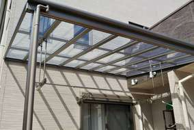 防汚・熱線吸収タイプの屋根材。 吊り下げ式の物干しも設置。
