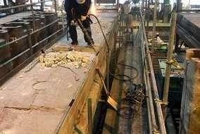 工事の最初は、コンプレッサーで既設のコンクリートの取り壊しからです。