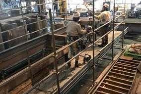 クレーンを使った工事中の様子です。慎重な作業になるため、技術が必要です。