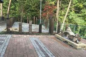 窯を利用したオブジェと鉄平石の空間のお庭。