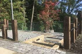 アンティークレンガと再利用の階段と鉄平石のお庭の様子。