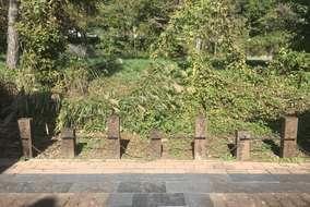 園路境界に枕木立込みとガーデンアクセサリー。