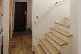 リビングからつながるリビング階段になります。リビング階段にする事で広さを感じれます。