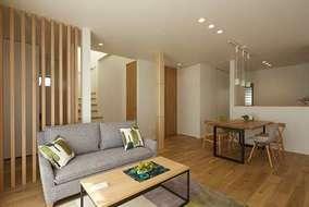 リビングの間仕切りの壁の一部は木製ルーバーにしている事でデザイン的にもいい感じです。