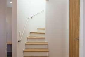 リビング階段 オークの段板が綺麗です。建具もオーク材のハイドアになります