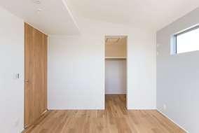 主寝室は空間の広がりを出すために勾配天井にしています。