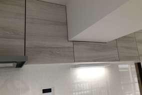 梁型加工のキッチン吊戸棚