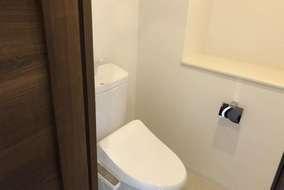ニッチをといりれたトイレ