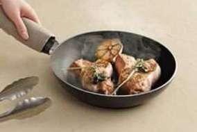 セラミックトップは 高温のフライパンや鍋を直接置いても、変形や変色が起こりにくい丈夫な素材です。