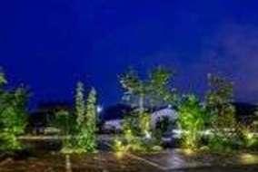 来客用駐車スペースの石の表面が照明で美しく陰影ついています