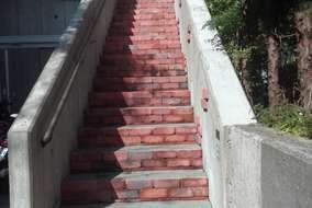 施工後 ①足元用照明設置 ②階段+壁高圧洗浄 ③蹴上+壁 張りレンガ