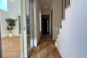廊下にも中庭からの光が入ってきます。ここから2階に上がる階段があります。