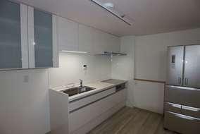 奥に見える小さなカウンター側に以前はキッチンが。カウンター下部には配管が隠蔽されています。