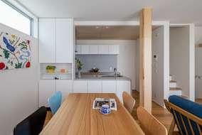 キッチンは対面式の収納付きのオーダーになります。天井に高さの違いをつけ空間の見え方も良い感じです。