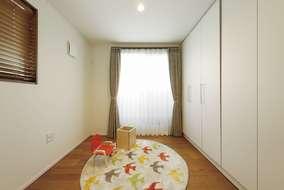 3階の子供部屋になります。将来間仕切りが取れるように可動式の収納をつけています。