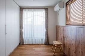 子供部屋の隣の洋室になります。壁には無垢の板を張っています。