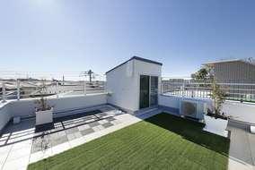 屋上は広さが充分取れて 夏のプール BBQなどが出来る空間になっています。