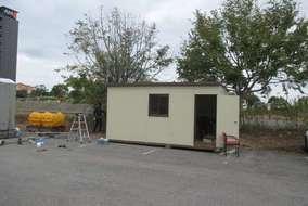 まずは仮設の事務所(作業場)を設置して、仮設のポールを立てて電気を使用できるようにします。