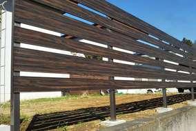 白い外壁に映える、木目調アルミ材フェンス