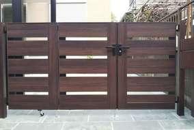 木調で統一された門まわり。 アルミ製品のため腐敗することもなく、お手入れも簡単です