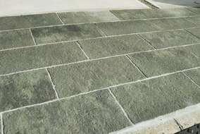 天然石の質感を再現したコンクリート平板。 清涼なグリーン調のグレー色です