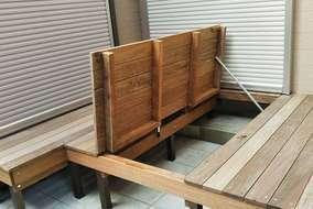 デッキ下がお掃除できるよう、収納庫としても活用できるように床板を扉にし開閉できる構造に