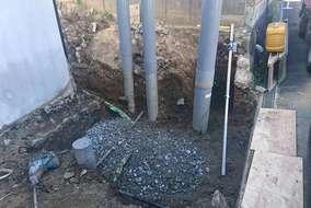 地盤を掘削後、砕石を敷きました