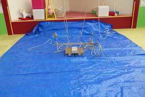 LEDの照明器具はとても軽いのでロープを使って引き揚げます。