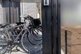 門柱にもブラックのアルミ材を採用し、外構の統一感によりワンランク上の外観づくりを実現させました。