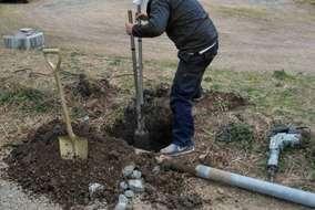 まずは穴掘り