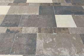透水性のコンクリート平板を3色、形も3種類を使用しています。