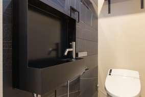 トイレは小型の手洗いを付けています。ポイントとして一面をタイルにしました。