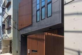 外観には玄関先と2階バルコニーにルーバーを付けています。黒の外壁と茶色のルーバーの色合がいい感じです