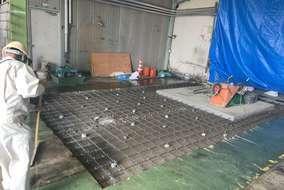 型枠ばらして~ 周りのレベルコンクリートの下地をやり、スラブ筋を10ミリの鉄筋で組み上げました