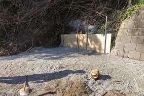 竹や木、雑草などを伐採しとてもすっきりしました!!砕石を敷き詰めました