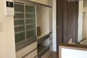 キッチン横には収納棚を設置して、食器や調理家電が納まりました。