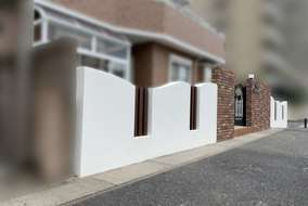 after 既存の壁を美しい曲線の塗り壁に。所々にスリット柱を設け、抜け感もプラス。