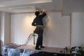 壁掛けTVを設置するために壁の上に壁を足します。